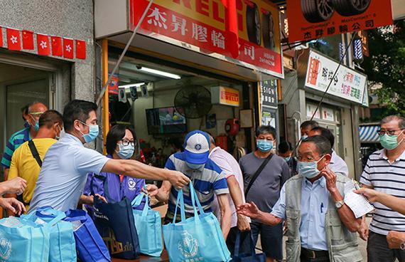 热心义工团队走访街坊,并将中秋福袋派送至长者手中