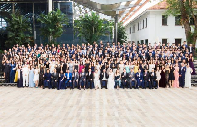 领峰集团全体成员于新加坡合影留念。