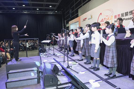 本地学生乐团为于颁奖典礼上合奏演出