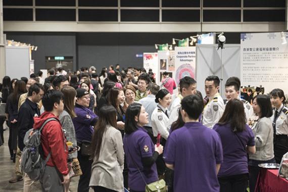 本次活动邀请了各行各业代表设置展览区,让观众近距离了解不同的行业知识,吸引了大批群众前往参观。