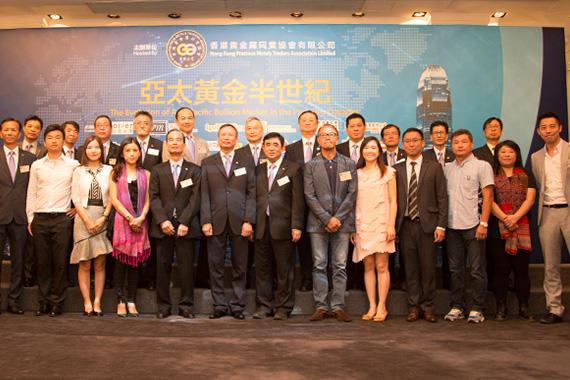 香港贵金属同业协会主席邝德成先生、金银业贸易场理事长陈尚智先生及金银业贸易场永远名誉会长张德熙博士拍照留念